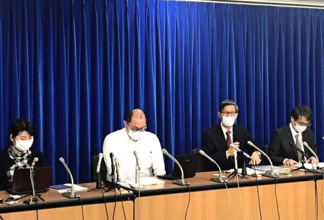 新型コロナウイルス感染症対策専門家会議の尾身茂副座長(右から2人目)らは会見で、医療体制の整備が重要だと訴えた