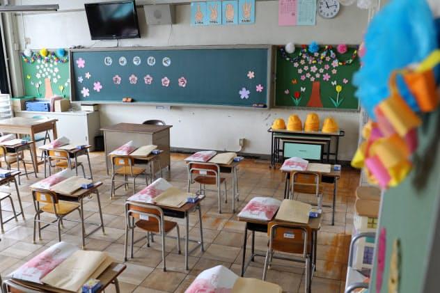 新1年生を迎えるにあたり、飾り付けられた教室。通常より座席の間隔を空けている(2日、名古屋市北区の市立清水小学校)