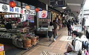 新型コロナウイルスで観光業者は大きな打撃を受けている(3月30日、箱根湯本駅前商店街)