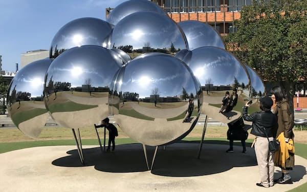 「まる」はステンレス製の半球を16個つなげてつくられている(金沢市)