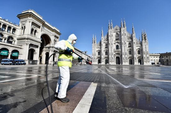 イタリアでは新型コロナウイルスの感染が急拡大した(3月31日、イタリアのミラノ中心部)=ロイター