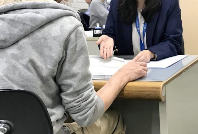 新型コロナ禍で資金繰りに悩む事業者の相談が相次ぐ(5月1日、東京都の品川区役所)