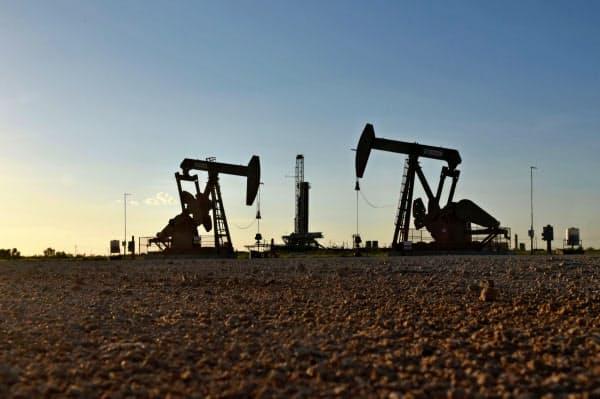 WTI原油は低迷が続いていた(米テキサス州の油井)=ロイター