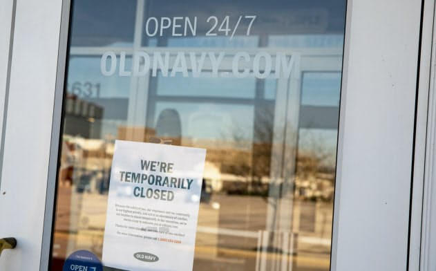 閉店中の看板を掲げる衣料店。百貨店や衣料チェーンは一時閉鎖している影響で解雇・一時帰休が相次いでいる=AP