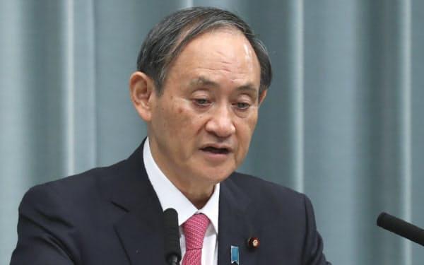 記者会見する菅官房長官(3日午前、首相官邸)