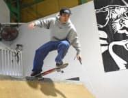 白杖を手にスケートボードに乗る大内龍成さん=共同