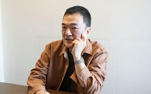 本作は「いつか書くだろうと思っていたことを一気に詰め込んだ、『在日文学』てんこもり」の小説だと言う