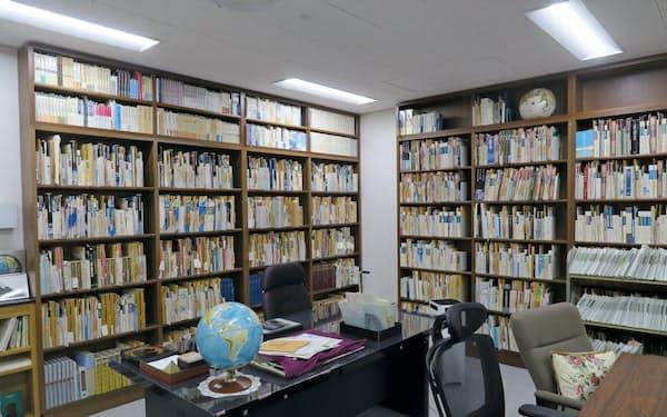 梅棹資料室には、著作や寄稿、ノートなど膨大な資料が保管されている(大阪府吹田市の国立民族学博物館)