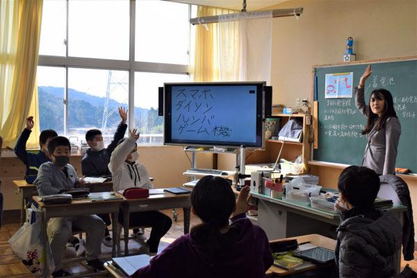 児童が手元のタブレットで書いた答えが、前の電子黒板に映し出される(三重県いなべ市立十社小学校)