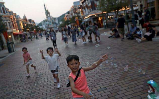 香港のディズニーランドに子どもたちの笑顔が戻るのはいつになるのか=ロイター