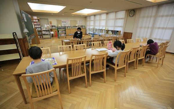 新型コロナウイルスの感染拡大予防のため休校中の小学校で、席を離して自習する児童(3月6日、東京都文京区)