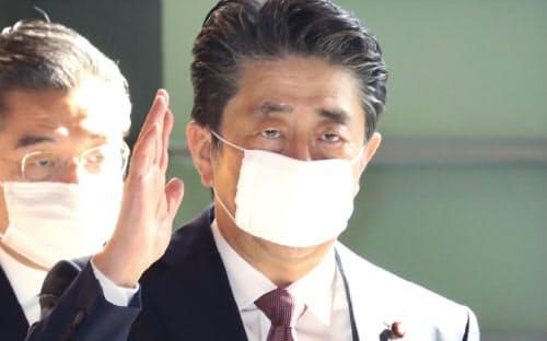 首相官邸に入る安倍首相(3日)