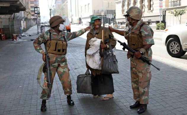 21日間の外出禁止令が出されている南アフリカでは取り締まりのため国防軍も出動している=ロイター