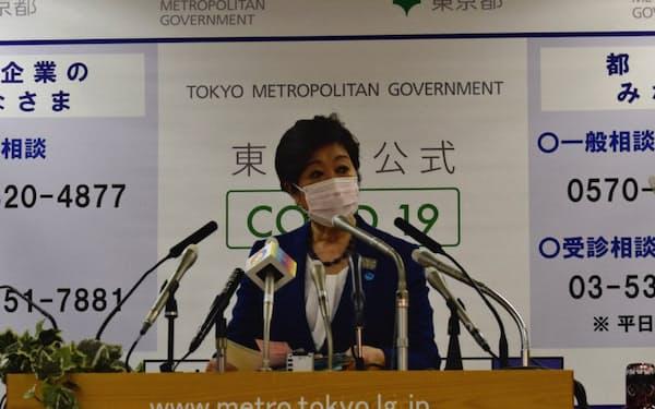 マスク姿で会見する小池知事(3日、都庁)