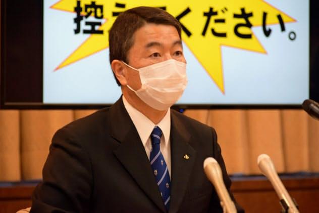共同記者会見に臨む宮城県の村井知事(3日、県庁)
