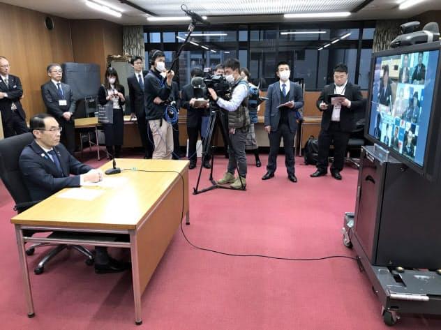 埼玉県の大野元裕知事(左)は首都圏の自治体と新型コロナ対策で歩調を合わせる方針を示している(1日、埼玉県庁)
