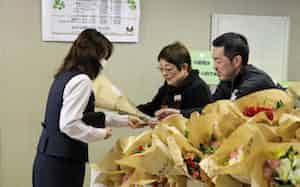 長野県内の金融機関は、歓送迎会の減少で販売減に苦しむ生花店を支援する(3月23日、八十二銀行本店)
