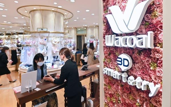 「3Dボディスキャナー」で全身をセルフ計測できるサービス「3D smart&try」を提供する阪急うめだ本店の売り場(大阪市北区)