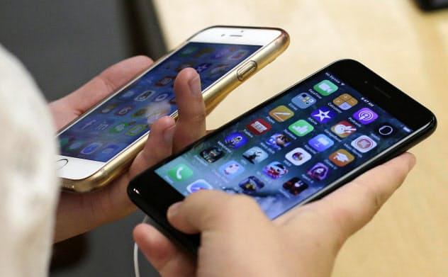 通信費を下げられるかどうかも大事なポイントだ(米アップルのiPhone)=共同