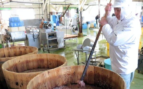 小田島水産食品では、木樽の中で塩辛をかき混ぜて、微生物を呼吸させる(北海道函館市)