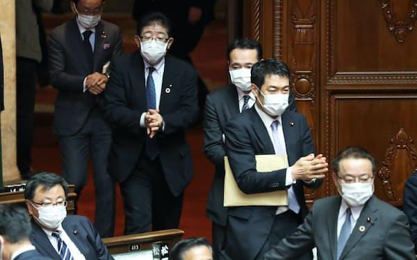 アルコールで手を消毒して本会議場に入る衆院議員(2日)