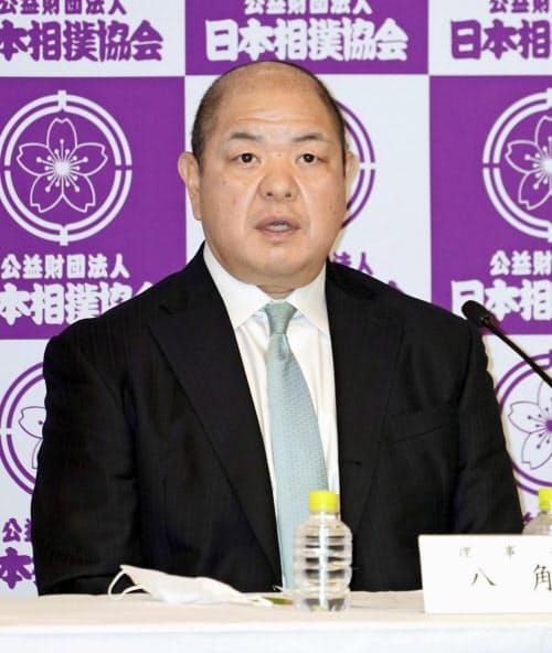 記者会見する日本相撲協会の八角理事長(3日午後、東京・両国国技館)=共同