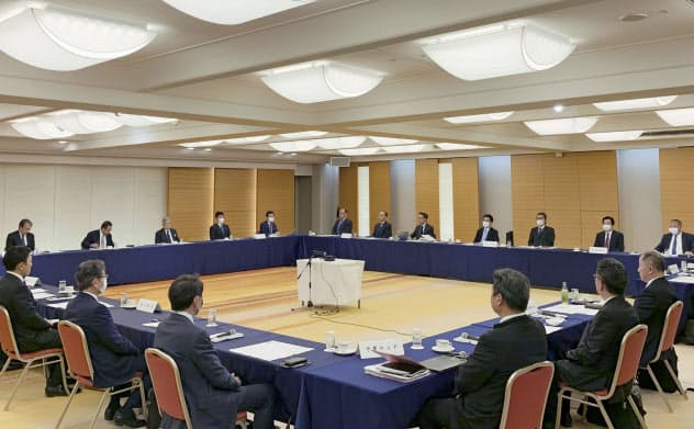 新型コロナウイルス感染拡大を受け開かれた、プロ野球の12球団代表者会議(3日、東京都内)=共同・日本野球機構提供
