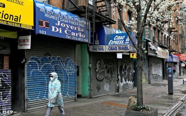 事業中断を余儀なくされた商店主や中小企業が政府支援の融資を求めている(ニューヨーク、マンハッタン)=ロイター