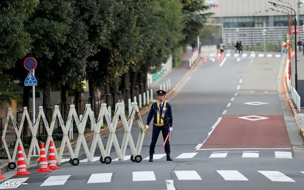 都内の在日米大使館前に立つ警備員=ロイター