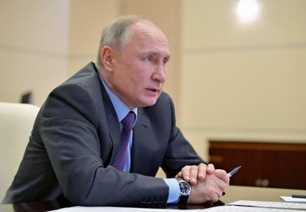 3日、モスクワ郊外でビデオ会議に参加したプーチン大統領=ロイター