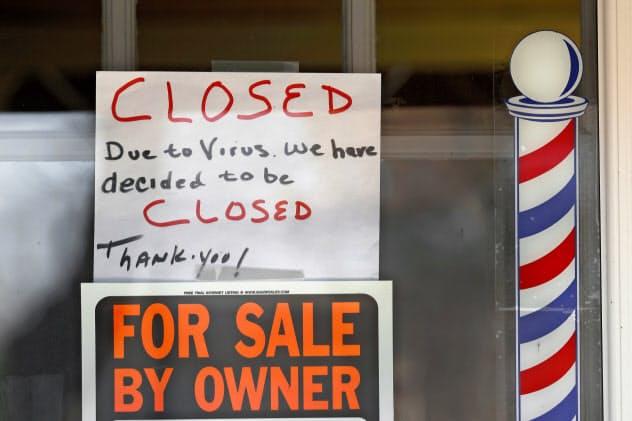 雇用危機で景気悪化の懸念が一段と高まる=AP