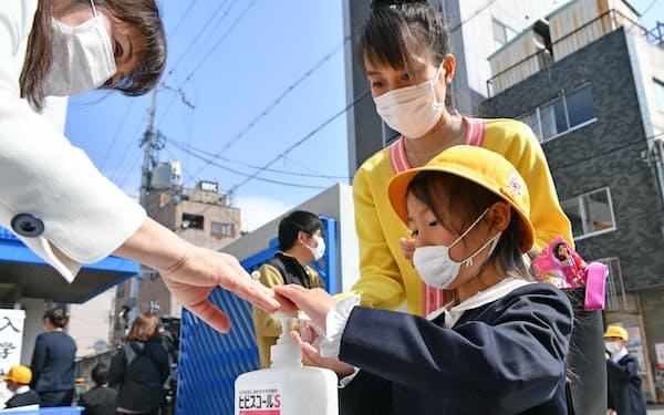 4月に学年が始まる慣習を変えるには難題が多数ある(大阪市内の小学校の入学式)