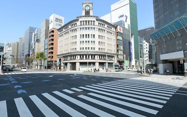 人通りが少なく、閑散とした東京・銀座の交差点(4月4日)