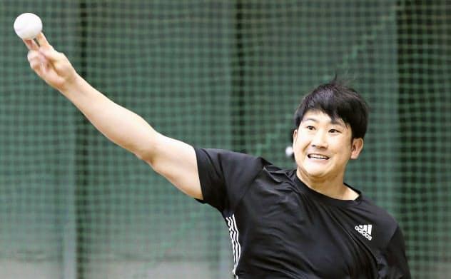 ブルペンで調整する巨人・菅野(4日、川崎市)=球団提供・共同