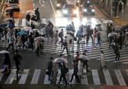 外出自粛の取り組みでは米欧との温度差がある(3月28日、東京・渋谷)=ロイター