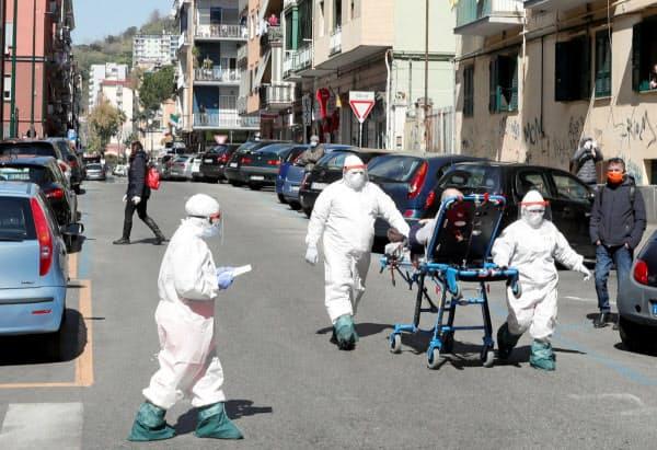 患者を搬送する医療スタッフ(4月2日、イタリア・ナポリ)=ロイター