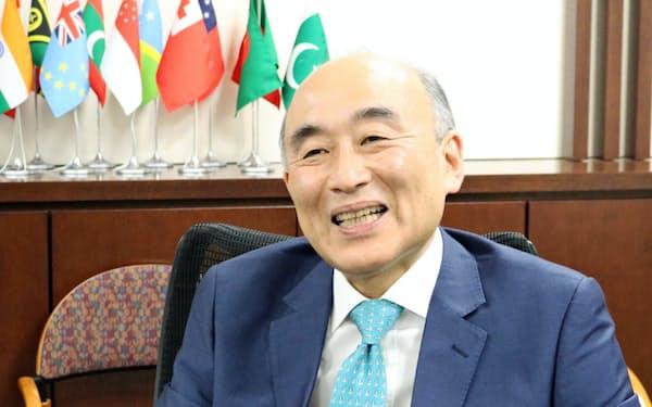 古沢満宏氏 国際通貨基金(IMF)の副専務理事。86カ国を担当する。在宅で理事会の司会や会議が目白押し。64歳