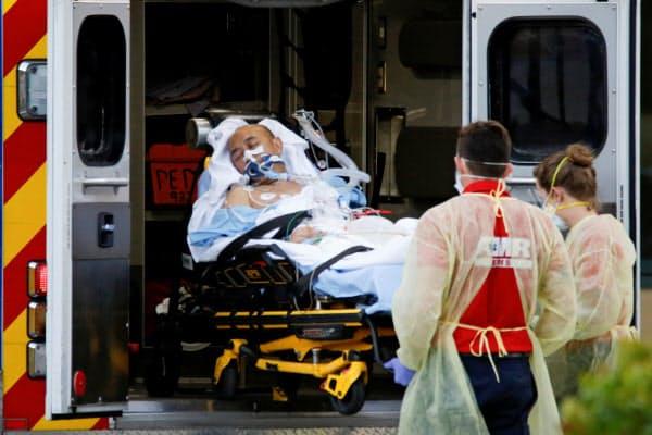 新型コロナ患者を搬送する医療関係者(フロリダ州)=ロイター