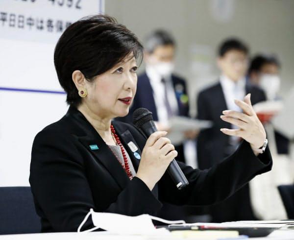 東京都は新型コロナウイルス感染者の軽症・無症状者を一時的に滞在させる施設を1000室超確保した(1日、テレビ会議で首都圏の知事などと意見交換する小池知事)=共同