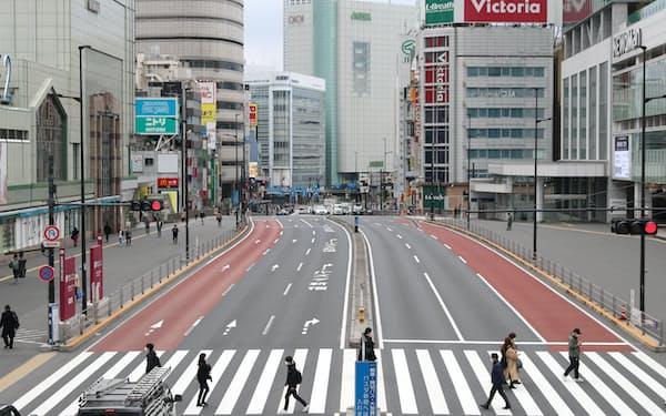 人通りの少ないJR新宿駅前(5日)=石井理恵撮影
