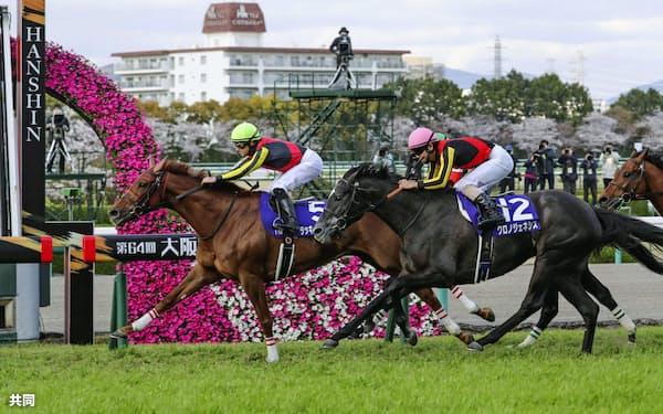 第64回大阪杯を制したラッキーライラック=左(5日、阪神競馬場)=共同