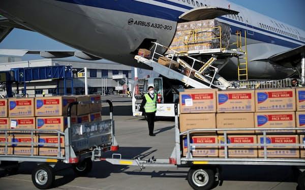 中国政府から送られたマスクの箱を降ろす中国国際航空の機体(3月21日、ギリシャ・アテネ)=ロイター