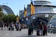 ルビー・プリンセスから下船する乗客ら(3月19日、シドニー)=AAP