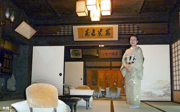 水月ホテル鴎外荘の「舞姫の間」に立つおかみの中村みさ子さん(1日、東京都台東区)=共同