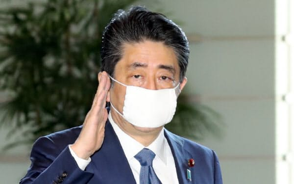 首相官邸に入る安倍首相(6日午前)