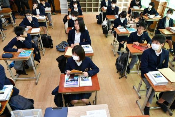 体育館での密集を避けるため、各教室で行われる始業式に臨む生徒(6日午前、京都市中京区の西ノ京中学校)