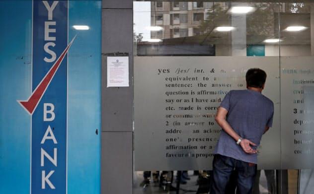 イエス銀行が経営不振に陥るなど、全土封鎖前からインドでは金融不安が高まっていた=ロイター