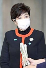 東京都庁で報道陣の質問に答える小池百合子知事(6日午前11時55分)=共同