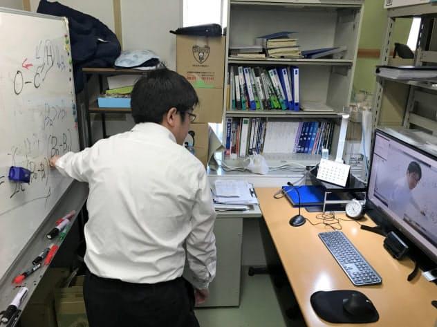 オンライン授業を研究室で実施する教授(日本薬科大さいたまキャンパス、6日)