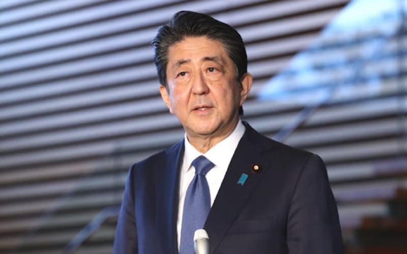 緊急事態宣言の検討状況について報道陣の質問に答える安倍首相(6日、首相官邸)